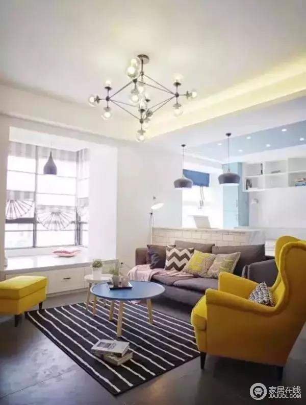 转个头看客厅,阳台做了个小飘窗,和客厅联通在一起,扩大的视觉。