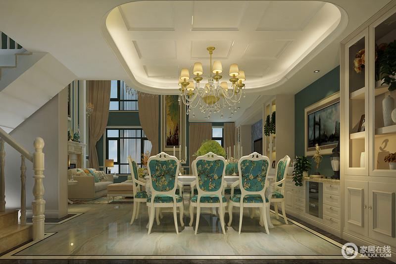 餐厅吊顶在方与圆的诠释中,无形拉高了空间的纵深,减弱了悬挂式吊灯带来的压迫感;柔和的灯光映照着蓝白组合餐桌椅,椅背和椅面上花纹精致细腻,优美的与沙发纹遥相呼应;环绕型酒柜在色调和布置上,与电视墙一致,保持空间的整体感。