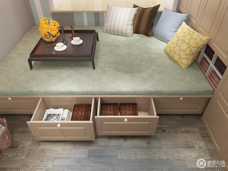 榻榻米下方的收纳抽屉可以将小物件收纳起来,解决了空间的收纳问题,再加上实木材料的运营,更耐用;绿色的软毯搭配多色靠垫,俏皮之中更显轻松。