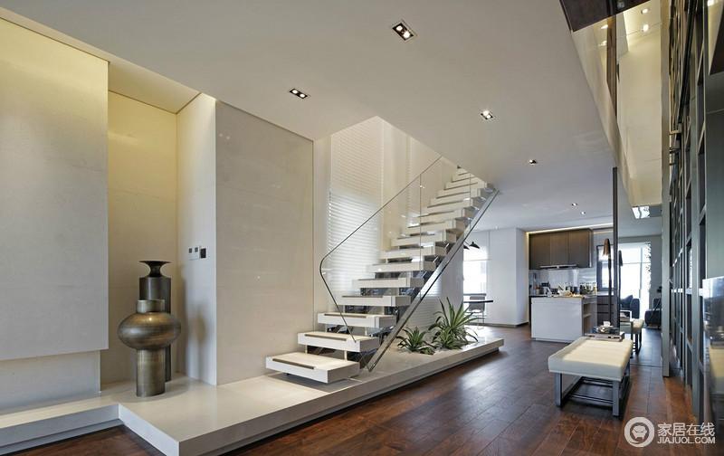 开放式的空间因为自有的格局更为宽敞、自在,玻璃栏杆扶手与空间简洁的线条,让整个空间更为现代大气;白色调的空间显得安静,没有了色彩的融入,反而,多了份难得的沉静。