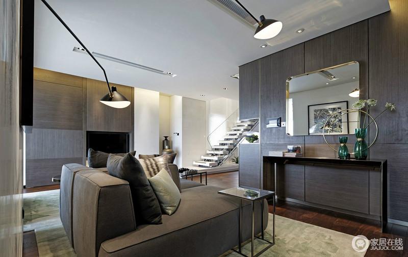 客厅以白色和褐色板材为主,打造面状感的层次,明暗之间,让空间更为大气;电视嵌入柜内毫不突兀,与墙面上悬挂得镜子构成呼应,简约的边柜放置了绿色花瓶,点缀出生活的雅致;黑灰色的布艺沙发松软舒适,与白色台阶的楼梯演绎黑白时尚。