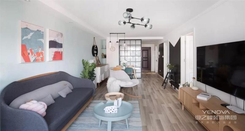这是一套98平米的小户型二房,整体户型紧凑的基础下,主人们有2个女儿,因此在空间规划方面以宽舒为主,尽可能为孩子们腾出舒适的活动空间,同时在文艺的北欧风格格调下,把这套小房子装扮得闲适轻松好精致。
