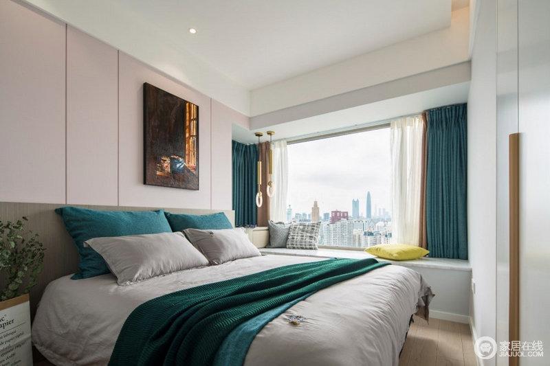 卧室在白色的基底下,以灰色和宝石绿的窗帘和床品为搭配,素静之中营造了些许贵气;淡黄色的靠垫,床头墙挂一幅鲜艳的横幅装饰画,使得睡眠空间充满温馨、简洁的舒适感和时髦气息。