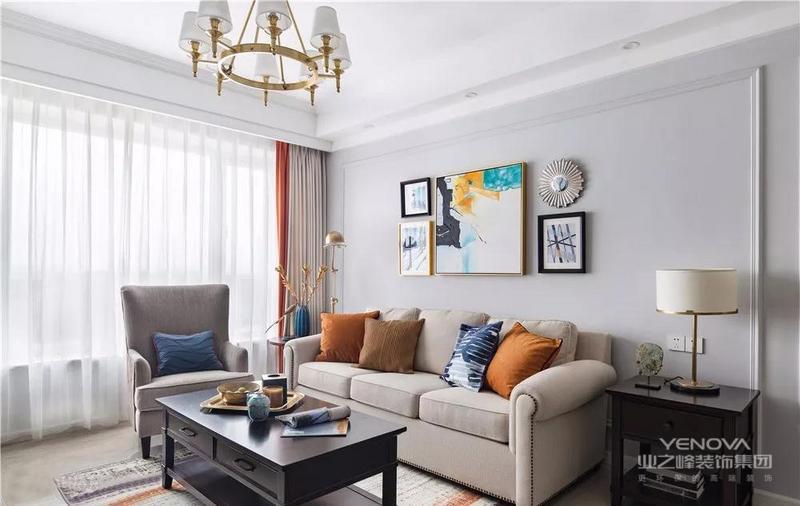 沙发背景墙以白色为主基调,石膏条围出框型,丰富空间造型感。