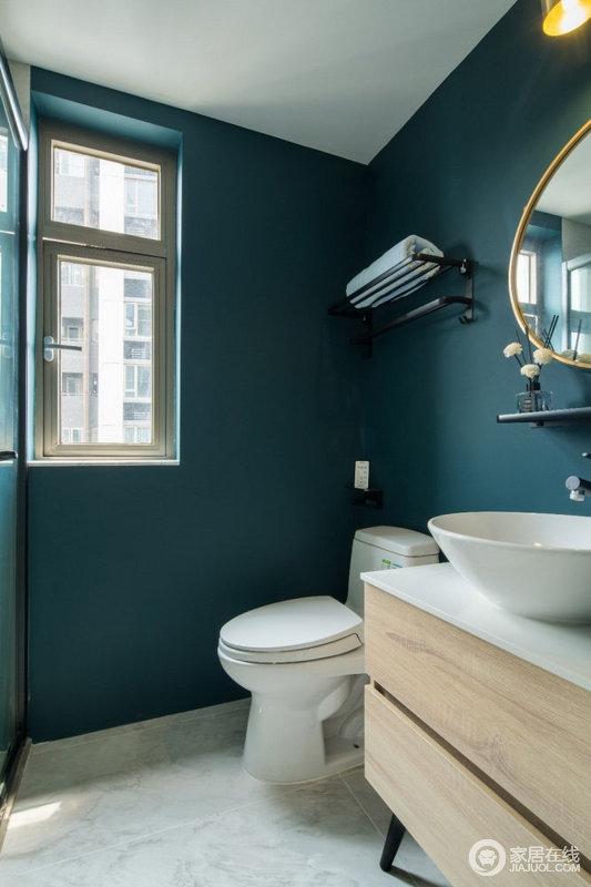 卫生间以绿色为主,打造了一个复古绿色空间,让人一改对卫生间的定位,而白色盥洗盆和原木盥洗柜、金属边框镜饰,构成空间的小舒适。
