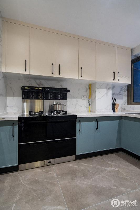 厨房铺贴了白色墙面砖,绿色和白色橱柜拼接式设计,带来一种清新感;为了保证水槽区域的活动,侧边操作台装成进深较小的,整体厨房小巧而又实用。