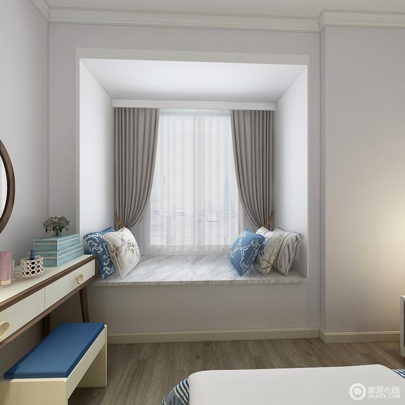 卧室结构规整,阴阳角线和踢脚线的处理都十分平整,而飘窗的设计不仅让空间平整,同时,在灰色窗帘和蓝白花卉靠垫的装饰中,给予主人一个放松的空间。