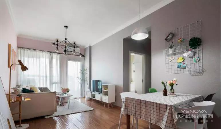 客餐厅之间没有以卧室走廊作为隔断,墙面是都刷成了浅灰色,轻便的餐桌椅上方有着铁丝网,给这个地方增添了一些趣味性