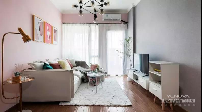 客厅的设计以粉色和灰色相间为主,电视柜搭配一个矮斗柜负责客厅的收纳需求。舒适的布艺沙发和地毯让客厅显得更为柔和