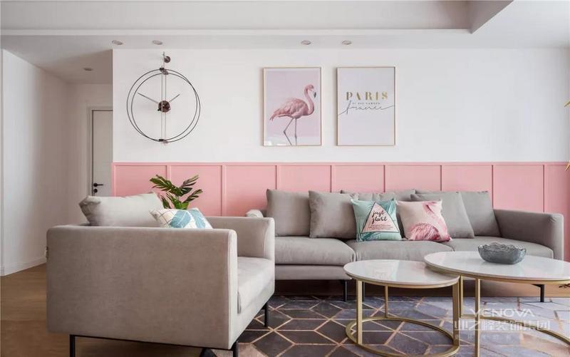 沙发墙上下白粉色调双拼,上层的白色墙体给人干净明亮的视觉效果,加以与墙面同色调的挂画进行装饰,更加有腔调和个性。