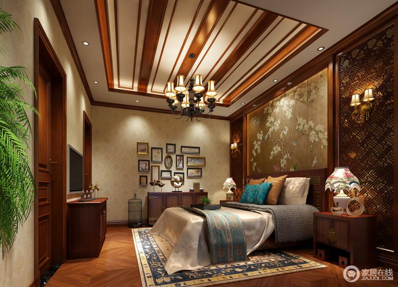 卧室较为吸睛的是天花与背景墙,木线条的装饰赋予空间视感节奏,而床头背景墙则在对称拼接演绎下,营造出复古典韵的内敛浪漫;其他墙面用米黄暗纹印花提亮空间,床品色调多样,交织出活泼感,在花卉元素诠释下恬逸舒适。