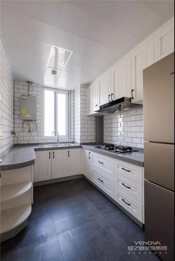 厨房U形操作台面方便多人备餐,深黑色地砖耐脏性好,经典白色格子墙砖清爽感强,层次之间,演绎黑白艺术。