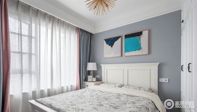 灰蓝色作为主卧空间主色,灰粉色在窗处小面积出现,清浅配色营造温和宁静的休息空间;金属色放射性主灯展现美式卧室的精致感,搭配抽象壁画,用简单的软装装饰有限的空间,既不占用过多的位置,也体现了空间的格调。