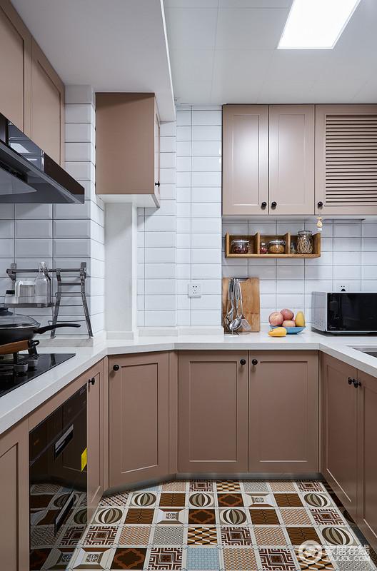 厨房使用白色小型文化砖搭配木色上下橱柜,清爽文艺范十足,在收纳的同时,也让生活更为方便,设计的讨巧给生活带来舒适。
