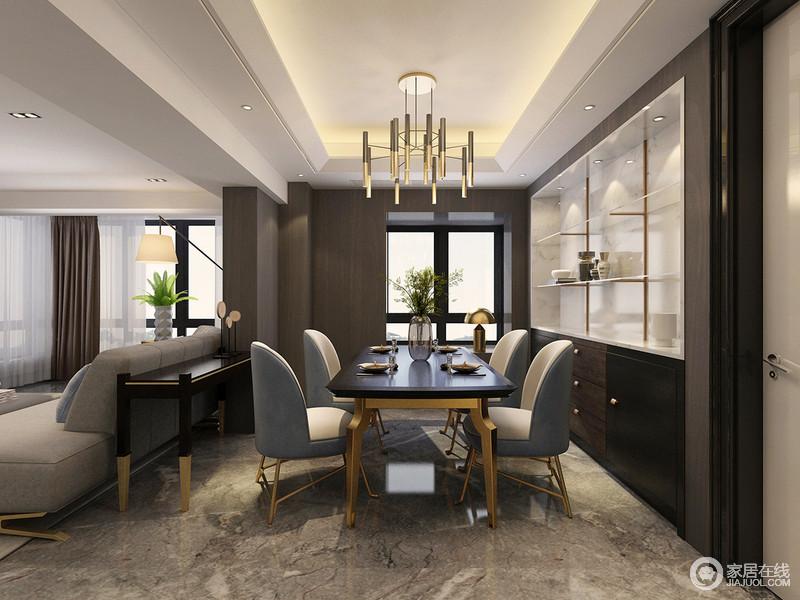 餐厅背景主打沉稳,蓝白沙发餐椅则以柔美造型带来端庄隽秀的气质,形成空间上的气质碰撞;椅腿与黑金餐桌呼应,与灯饰的金铜材质带来轻奢;入墙展示柜加入白色背景,令摆件更加凸显质感。