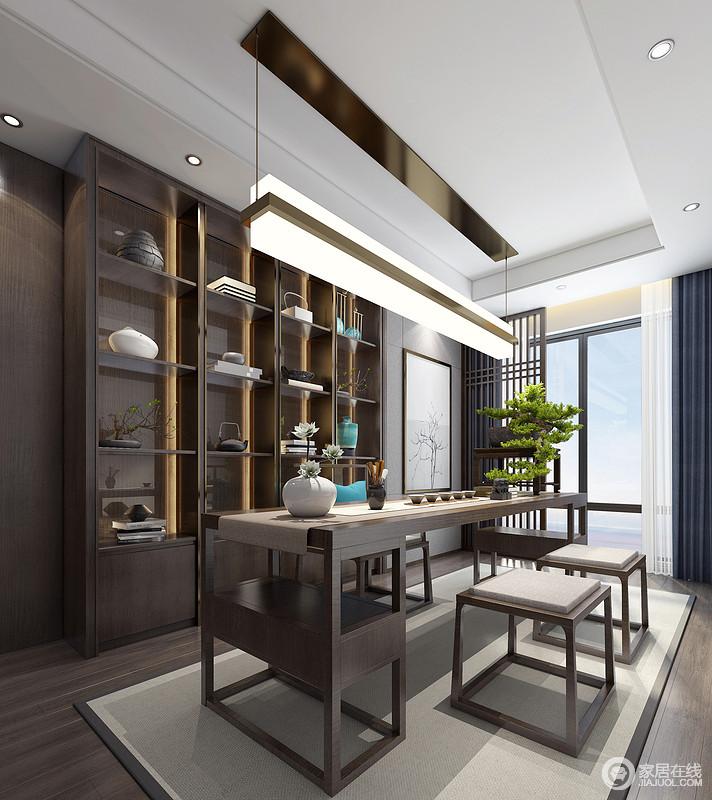 茶室贴着墙面做了一排储物柜,选择长的茶桌充分满足客人来休闲喝茶的需求,桌上的绿植无疑是这个空间的点睛之笔。