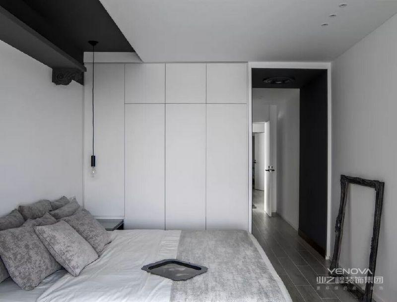主卧延续了整个空间的基调,白色与深灰色的对比,成就了空间的沉静;深灰色的垭口镶嵌在白色墙体中,避免了过廊过于狭长的心理感受,同时在结构上起到了节奏的变化,利落简洁,不失温馨。