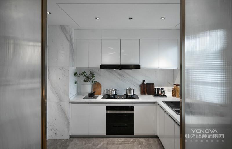 简约温馨的桌椅搭配干净的白色,让餐厨空间加上了一层生活的色彩,精致的生活,就在日常的细节中。