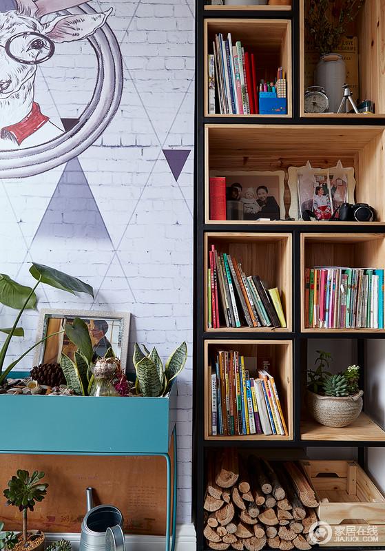 阳台墙面做的壁柜书架,并且用绿植点缀,美观个性,几何书柜实现收纳,让空间不失文艺气息。