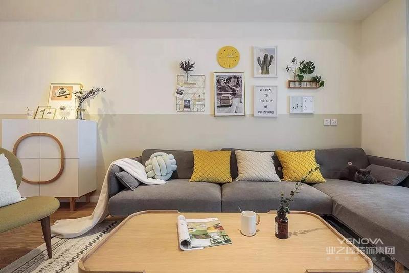 L型沙发布局,灰色布艺沙发柔软度满分,坐下就不想起来了。