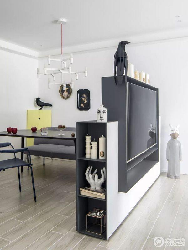 餐厅几把不同的餐椅兼顾了实用及装饰性,为每一位家庭成员带来就餐时的专属性和新鲜感,搭配白色吊顶,颇为抽象大气;DIY的宜家三角柜合理的利用了角落被忽视的空间,增加了不时之需的收纳功能,白色吊灯的结构感丰富了区域的留白,层次排列的造型为进餐时带来些许的仪式感,与精致的饰品组合,极具摩登感。
