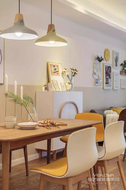 原木餐桌与色彩餐椅搭配,简约吊灯与装饰画修饰空间,温馨舒适!