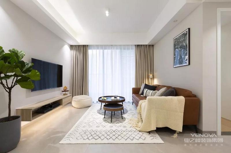 客厅的设计比较简单,墙面是刷成了浅灰色,棕色的皮沙发搭配深色的茶几,让客厅多出了一些现代风的时尚感,电视柜的底部加藏光,也更方便打扫。