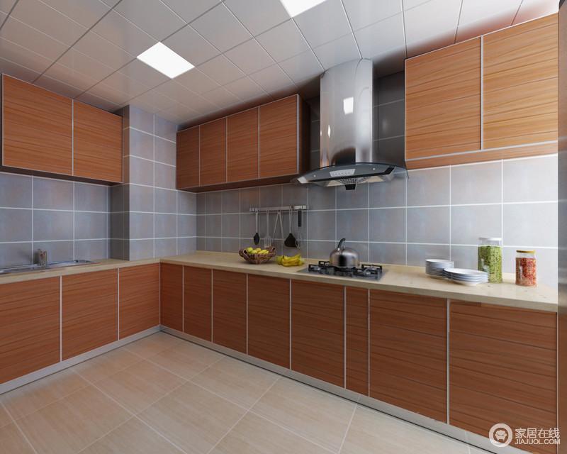 厨房以不同大小的方砖铺贴天花、墙面及地板,利用几何的线条来营造空间视觉;自然的原木橱柜充分利用墙面,制造空间上的丰富储物,使空间显得平和素雅、规整有序。
