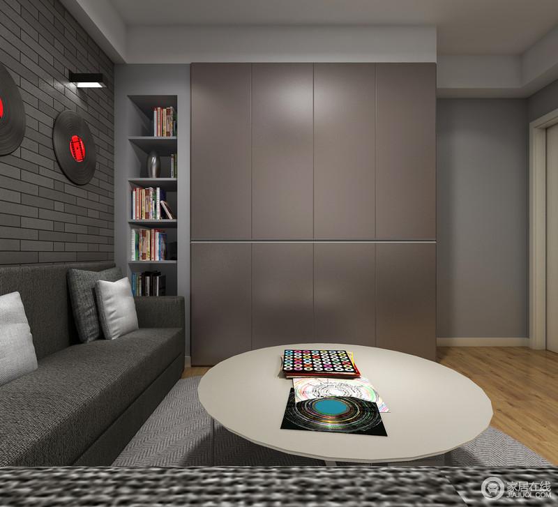 沙发与柜体之间的死角也被利用起来做展示区,小书柜也起到收纳作用,圆形茶几让空间多了形式美学,构成空间的另一种格调。