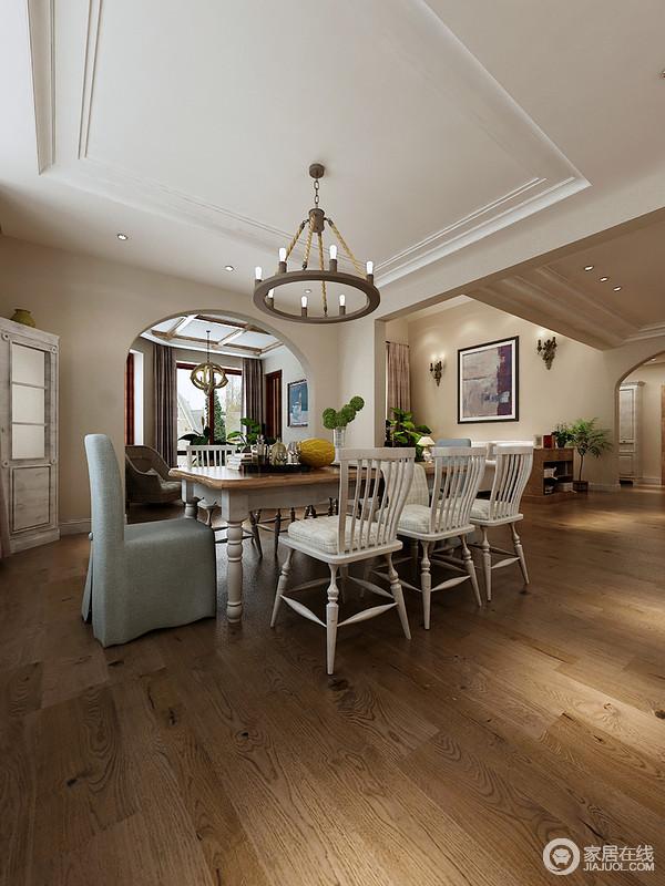 从客厅到餐厅通过拱形门分割,一面墙两个风景和功能,却给予生活一样的温馨和自在;尽管吊顶设计得简单,但是黄铜烛台灯将美式乡村艺术留驻在空间中,并与美式白色餐桌餐椅及布椅组成现代美式时尚,让生活更为雅致。