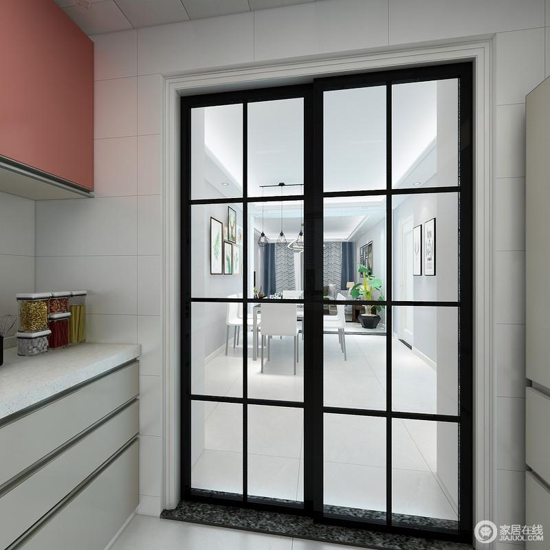 厨房以浅灰色和赤红色橱柜为组合,以整洁的设计,满足生活的储物,颇为利落实用;而黑框格栅门解决了空间分区的问题,也避免了油烟到处飘,现代时尚,满是生活的精致。