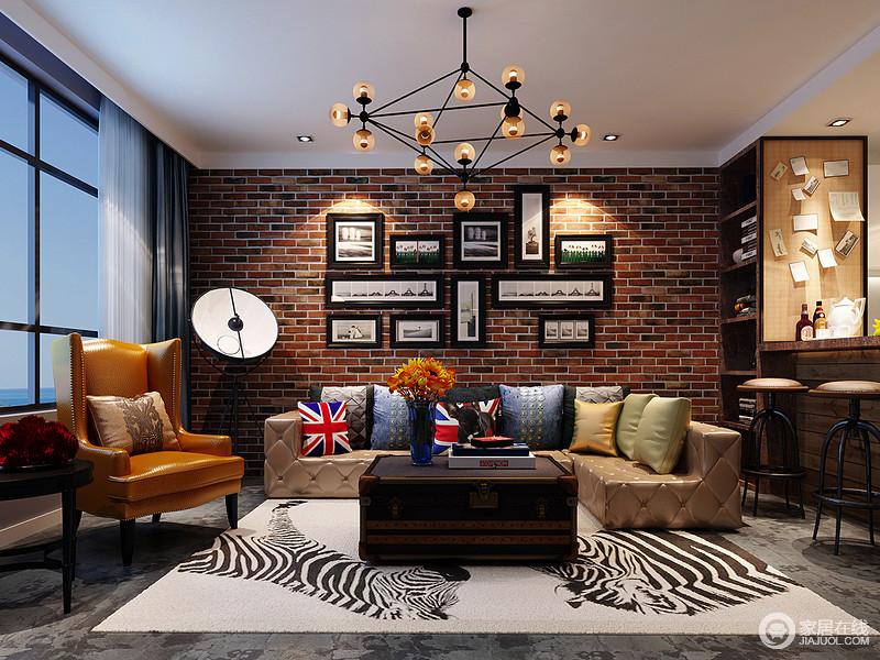 客厅用红砖墙作为沙发背景墙突出工业风的粗犷,给人一种老旧有摩登的视觉效果,用水泥墙替代粉刷墙,创造一种朴素的沉静与现代感,巧妙的运用电视墙作为空间的区分隔断,放大功能性;美式复古家具和软饰以色彩渲染,与斑马动物地毯让空间多了野性和俏皮。