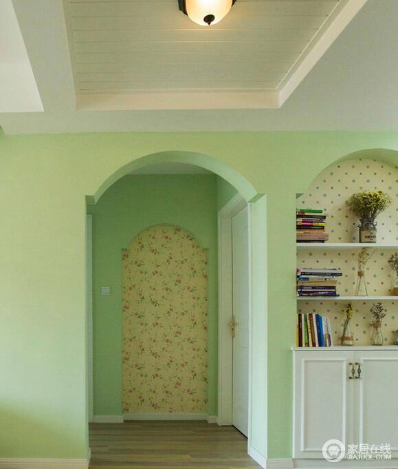 鹅黄色碎花墙纸点亮了整个墙面但又不至繁花乱眼,拱形门廊的设计增加了屋内的线条感,也让田园风的情调更加凸显。