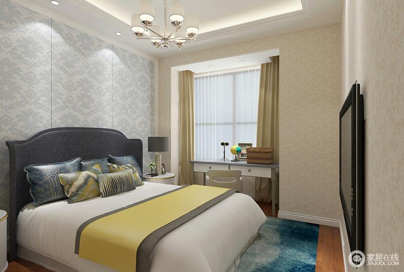 儿童房布置的很温馨,除了温暖的米黄色花纹壁纸铺贴外,淡蓝色花纹壁纸用于床头营造,同样与双人床和床品形成视觉上的丰富性;靠包、床旗和地毯,色彩鲜亮活泼点缀;落地窗前巧妙的摆放书桌,增加空间功能性。