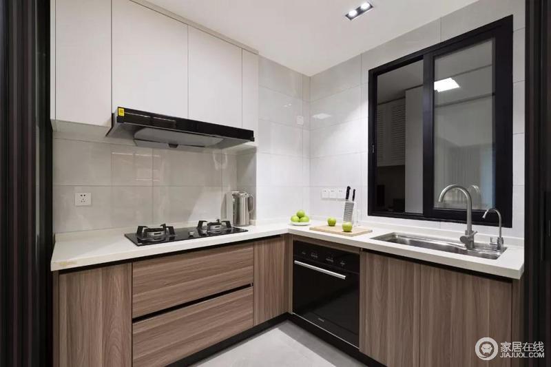 厨房的玻璃门是可以收起来的推拉门,做饭的时候把门给拉上,就不用担心油烟的问题了;L形的橱柜布局方案,让厨房显得紧凑又实用。