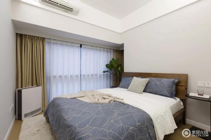 主卧室的墙面延续了客厅的浅灰色,床品选择了蓝色的,看起来更加宁静和清新,再加上素雅的窗帘和木床,又有一些温馨感。