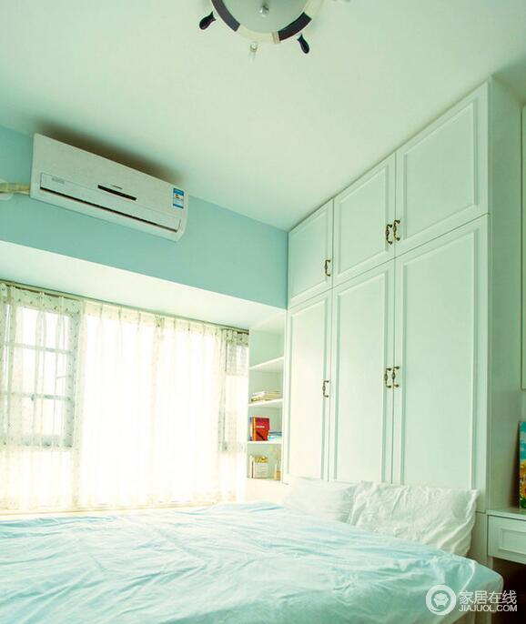 次卧的亮点在于墙面薄荷绿的运用,同时榻榻米地台和衣柜的布局设计更大大的增加了储物空间。
