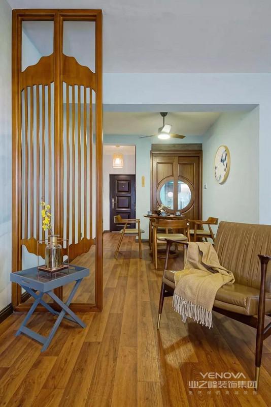 餐厅地面通铺木色地板,木质餐桌搭配皮质的餐椅,细条家具更显轻盈。