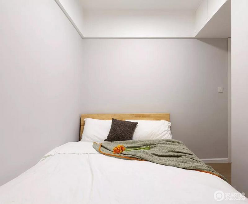 儿童房的面积并不大,设计师也没有做太过花哨的装饰,同样是浅灰色搭配白色、木色的设计,可以让孩子自己布置自己喜欢的软装。