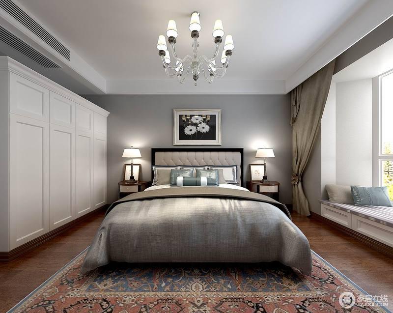 经典的灰白配色,使卧室显得大方典雅,同样铺陈了花色地毯,为空间带来一丝活泼灵动。面积舒朗的阳台被改造成飘窗,在阳光的洗礼下,制造出愉悦休闲的氛围。