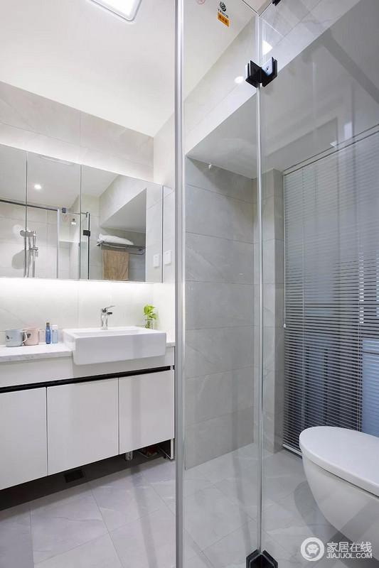 卫生间内做了干湿分离的设计,洗手台的尺寸是比较大的,除了台盆之外,也有足够摆放洗漱用品的地方,而且还有镜柜提升收纳能力。