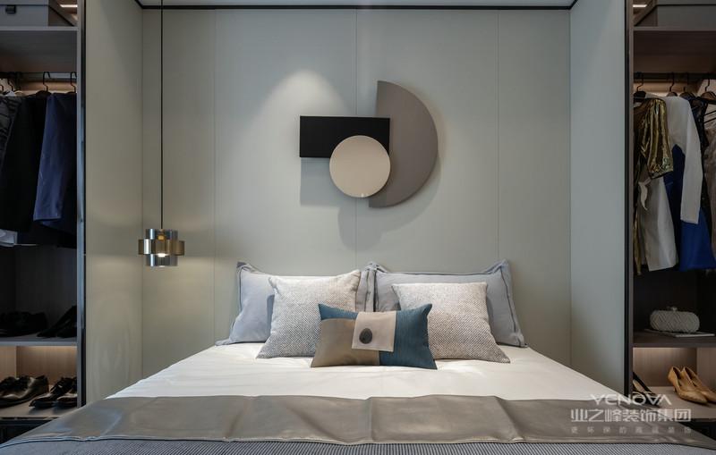 雅致的色调,搭配寂静现代东方感受,营造安静舒适的空间。卫生间与卧房用玻璃材质联通,增加空间通透感的同时也强调了生活的自由。半遮半掩间,尽显生活的活泼情感。