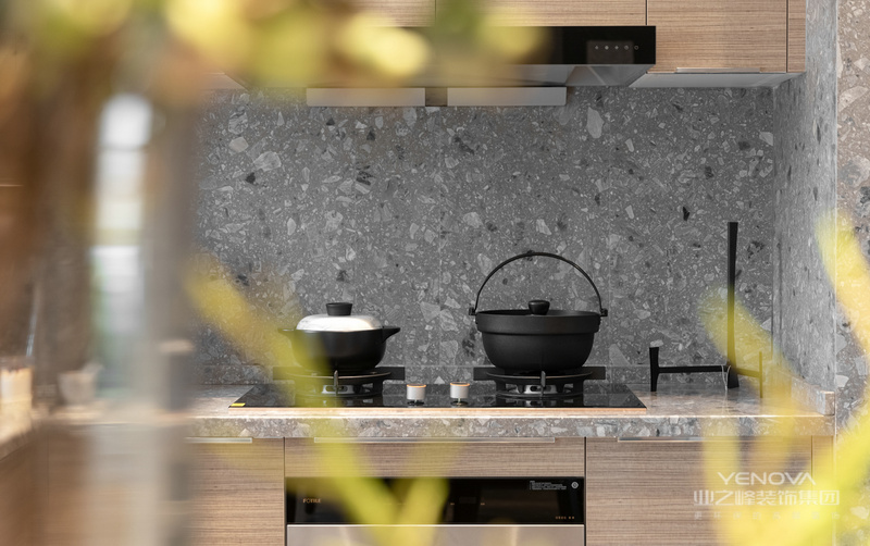 因为空间小,所以希望收纳空间可以尽量隐藏,墙面做了柜子整合了收纳功能。餐厨空间连通让整个空间增加通透感,将厨房的位置移到角落,希望家人能在这里安置烟火气。