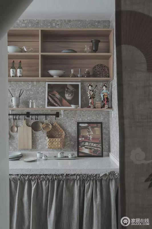 小房子为了实现居住需求,在保留客厅的基础取消了独立餐厅设置成二房的格局,厨房与吧台式餐桌在同一个感觉里,操作台上方的挂钩与开放式收纳,整体布置错落有致,而操作台下的地柜则是以布帘遮挡,把洗衣机藏入其中,保持简洁的空间。