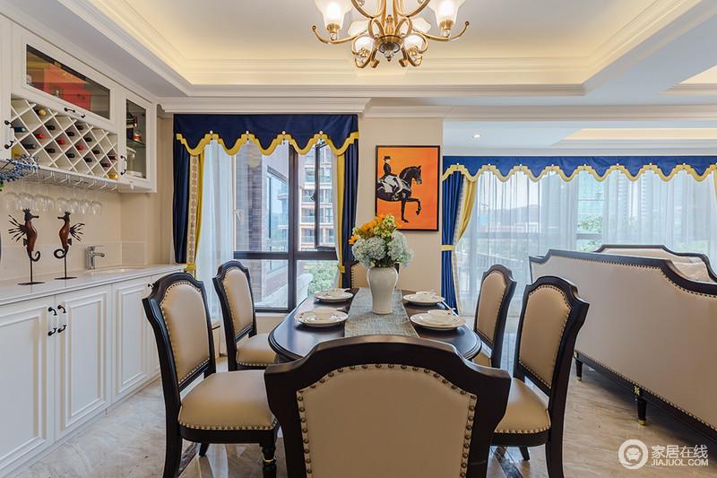 餐厅的矩形吊顶因为灯带的缘故多了和暖,驼色漆的墙面奠定了沉稳的基调;白色酒柜和橱柜尽享收纳作用,与蓝色窗帘构成色彩上的呼应,而爱马仕橙地挂画激活了空间的时尚;驼色实木铆钉餐椅的精致,让你感受到生活的质感。