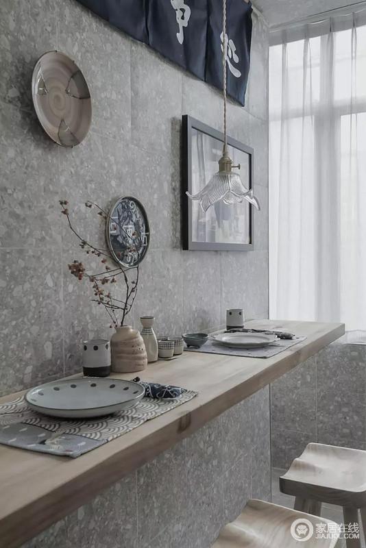 偶尔在家做点美味,搭配些许小酒,坐在吧台上细品,情趣而又温馨;虽然空间颇为灰调,但是搭配原木与白色的纱幔,与器物之间形成一个朴质的生活氛围。