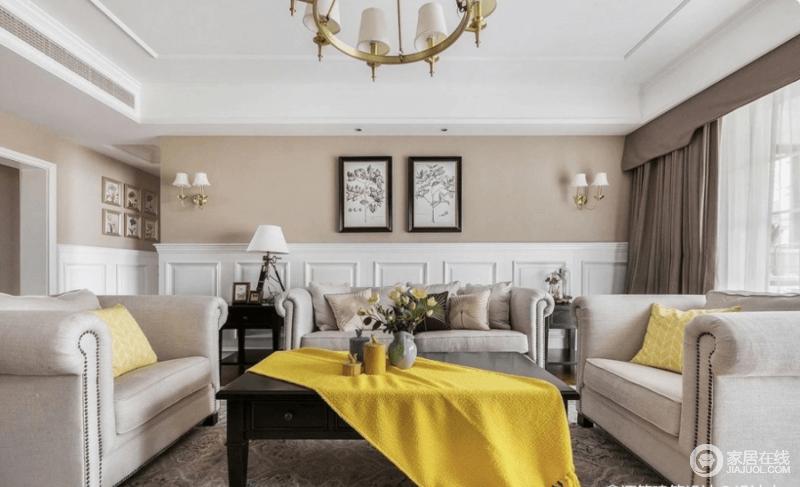 客厅木质地板通铺,自然温馨,深色的实木家具搭配清新的软装去除了坚硬的感觉,增加了几分温馨柔和。