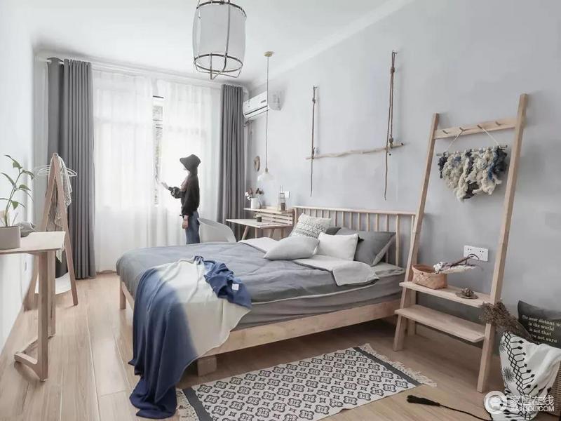 卧室以浅灰色的床头墙,简洁的原木质地板与床铺衣帽间梳妆台等,统一的原木色,让空间显得原始自然好惬意。