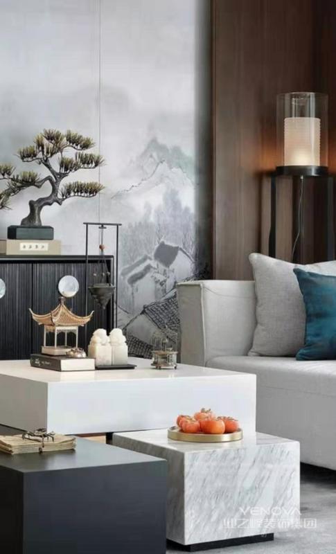 现代简约造型的沙发,茶几与中式家具,饰品混搭,十分协调,毫无违和感,彰显了中式风格的包容度和中国文化的兼容性。