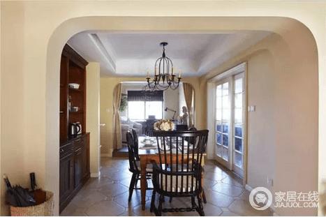 餐厅其实设在客厅与厨房的过道中,有效利用空间的同时,简洁耐看的餐桌椅还贡献了不小的装饰力。